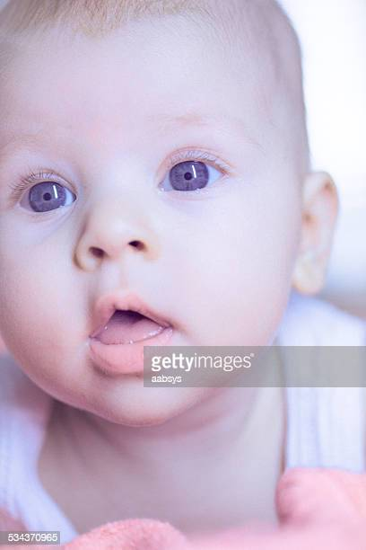 Linda niña bebé caer en su estómago communitating