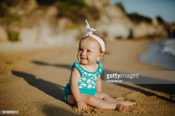 Adorable petite fille sur la plage