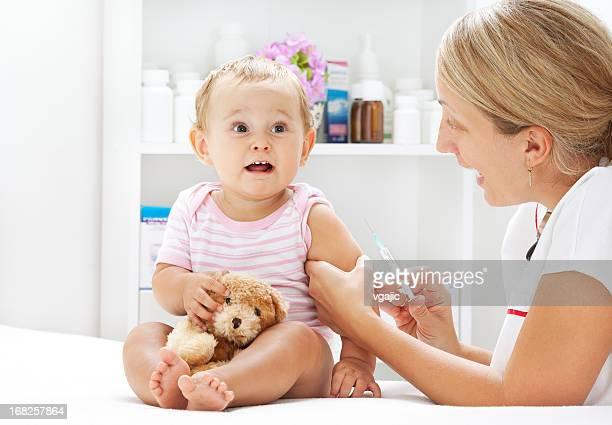 Süßes Baby Mädchen bekommen Impfstoff
