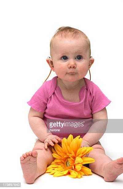Linda niña bebé en color rosa con flor