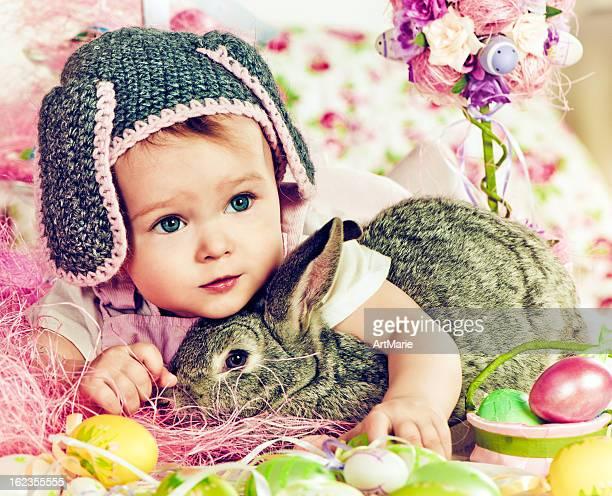Süßes baby mit Osterhase