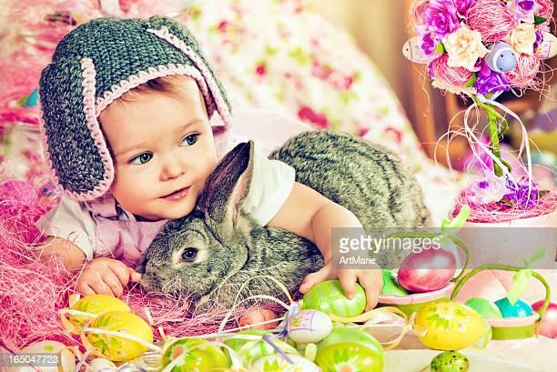 Joli bébé avec lapin de Pâques