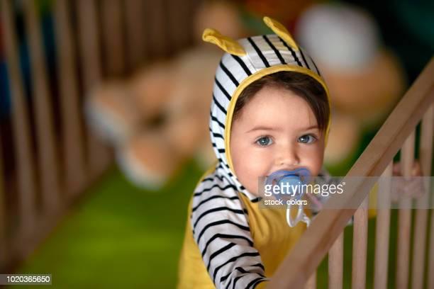 lindo bebê com chupeta - bico - fotografias e filmes do acervo