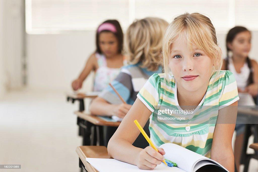 Süßes Blondes Mädchen Schreiben Von Notizen Im