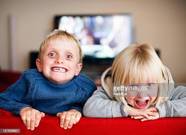 Niedlichen blonden Geschwister gerne machen Gesichter für die Kamera