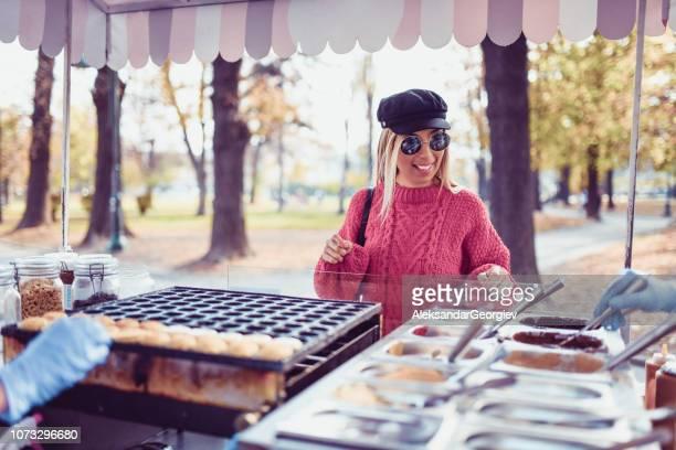 süße blonde wahl aromen für mini-pfannkuchen - aluhut stock-fotos und bilder