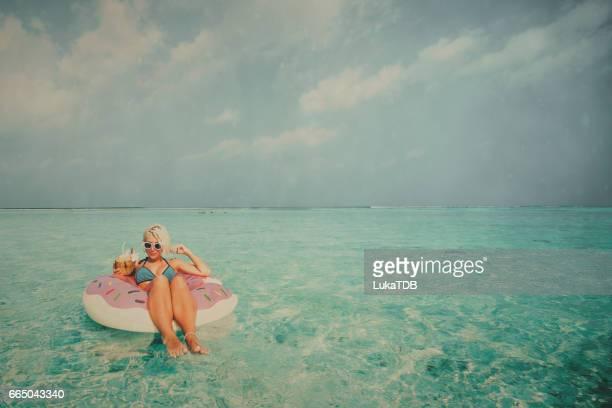 Schattige blonde meisje op vakantie, Malediven