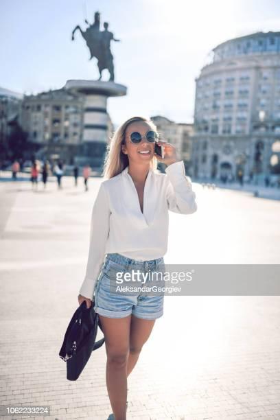 lourinha com sorriso brilhante, andando e falando - calça comprida - fotografias e filmes do acervo