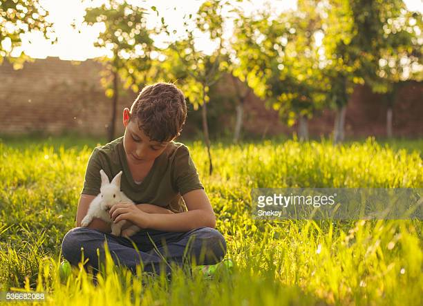 Lindo niño retención de conejo