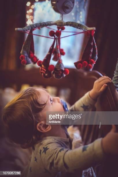 schattige jongen in wieg in kerst - mobile stockfoto's en -beelden