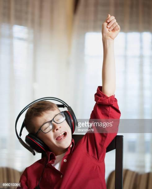 Süsser Boy hören und singen ein Lied mit Emotionen