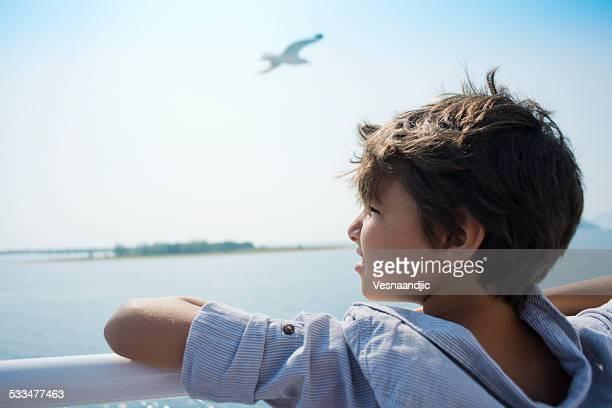 Mignon petit garçon sur bateau de croisière