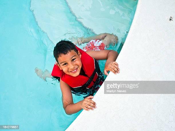 niño atractivo piscina - life jacket photos fotografías e imágenes de stock