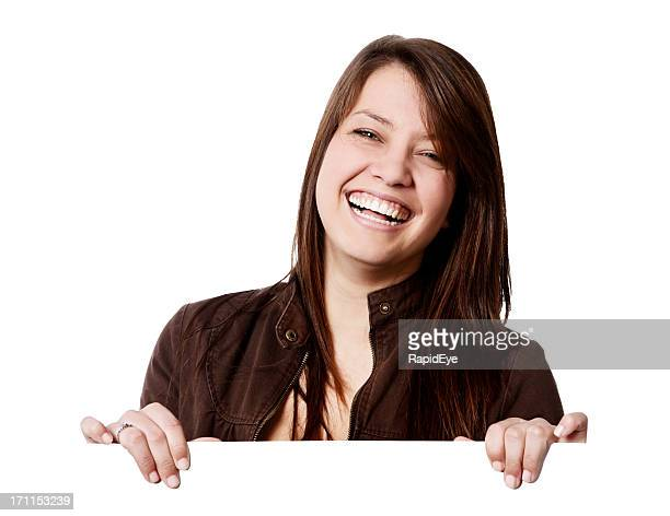 Niedliche brunette lacht während Sie hält leere Schild