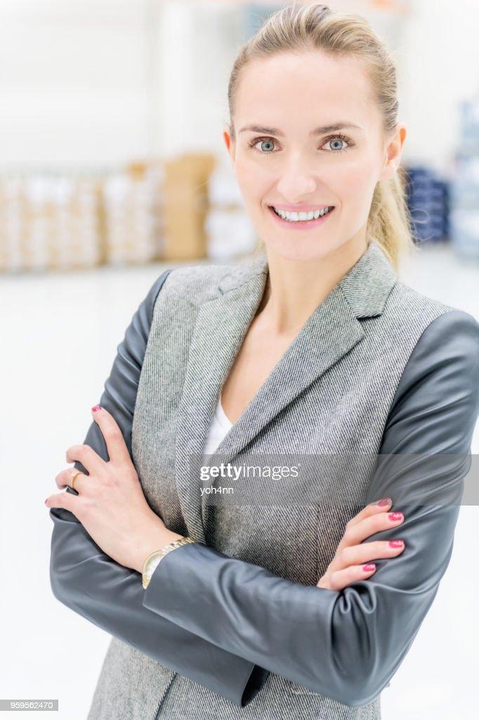 Hübsche Geschäftsfrau lächelnd : Stock-Foto