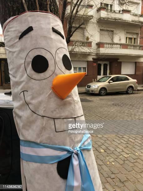 bonito carácter en la calle - bandera argentina fotografías e imágenes de stock
