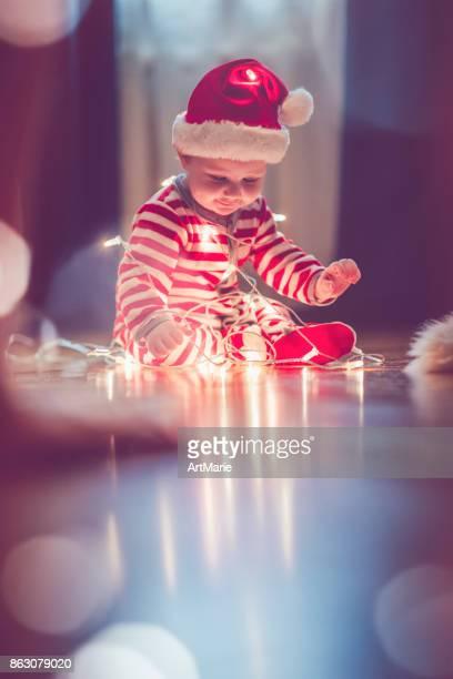 Nettes Kind im Schlafanzug im Innenbereich in Weihnachten