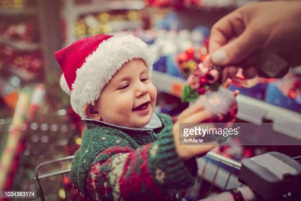 クリスマスのショッピング カートにかわいい子