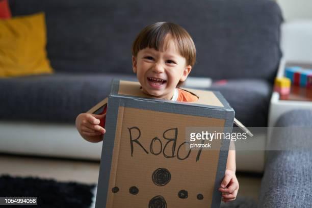 niño lindo es vestir traje de robot - disfraz fotografías e imágenes de stock