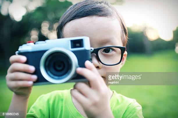 Süßes Kind spielt mit dem Fotografen