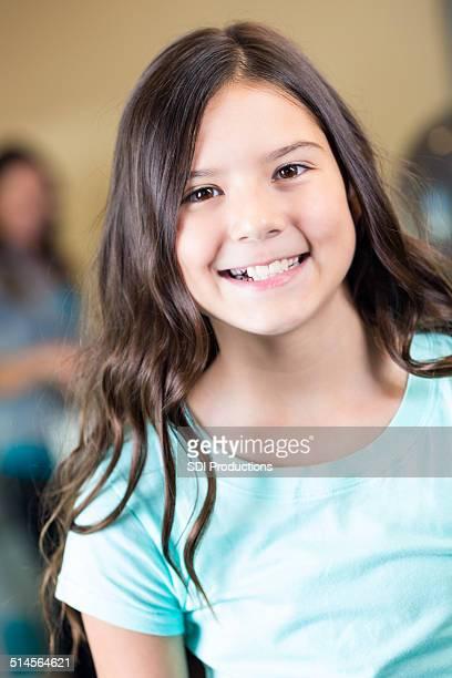 Niedliche Kind Lächeln vor Haarschnitt im exklusiven salon
