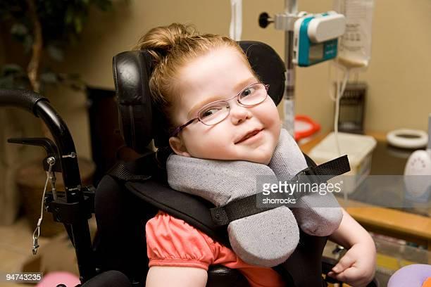 Criança engraçada com paralisia Cerebral