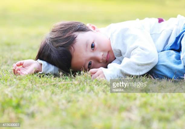 かわいい公園で遊ぶお子様