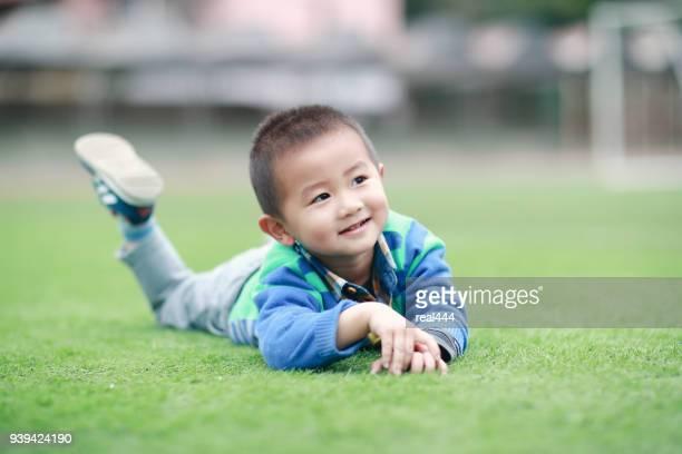 Leuke kinderen spelen in het park