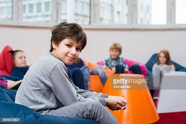 Niedliche Kinder sitzen und Kommunikation