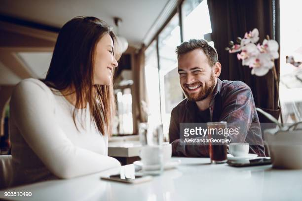 linda pareja que bien socializar en la mañana - linda pop fotografías e imágenes de stock
