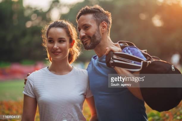 公園でかわいいカップル - スポーツバッグ ストックフォトと画像