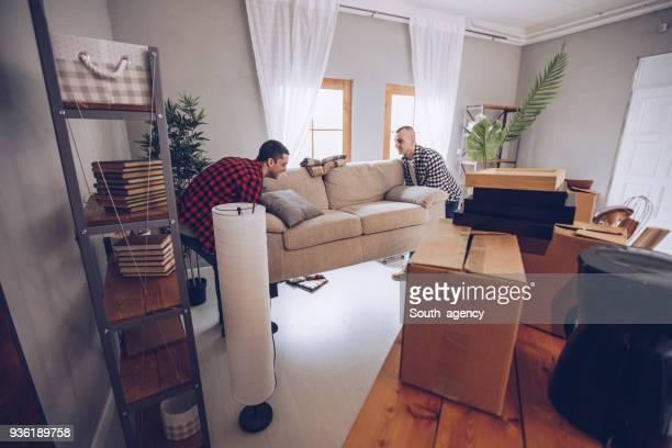 móveis em movimento lindo casal - mudança - fotografias e filmes do acervo