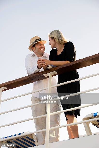 Süßes Paar auf einem Kreuzfahrtschiff