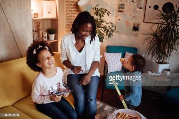 シャボン玉で遊ぶかわいい家族 - interracial cartoon ストックフォトと画像