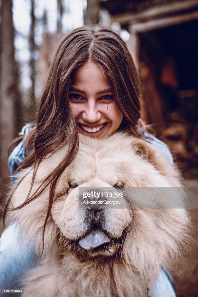 Süße Frau umarmt ihr Hund Chow Chow auf einem Berg-Picknick : Stock-Foto