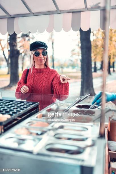 süße weibliche picking ihre lieblings-eis-geschmack - aluhut stock-fotos und bilder