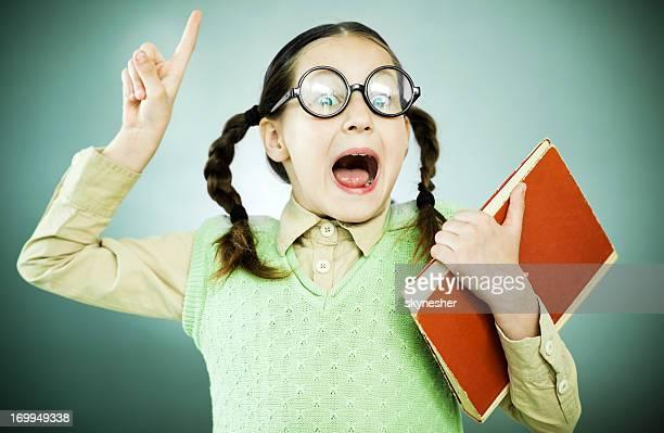 süße geek mädchen mit offenem mund hält ihr notebook. - girls open mouth stock-fotos und bilder