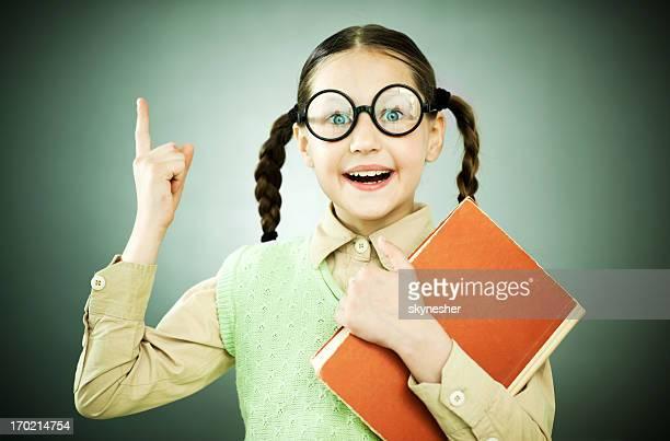 Hübsches Mädchen mit geek Schweinchen-tail hält Ihr notebook.