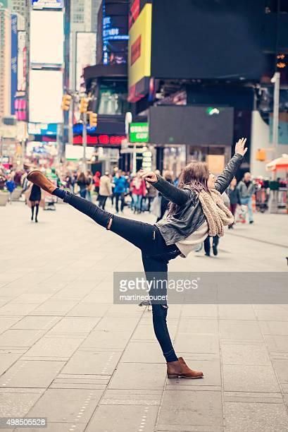"süßes mädchen tanzen selbst in times square, new york. - ""martine doucet"" or martinedoucet stock-fotos und bilder"
