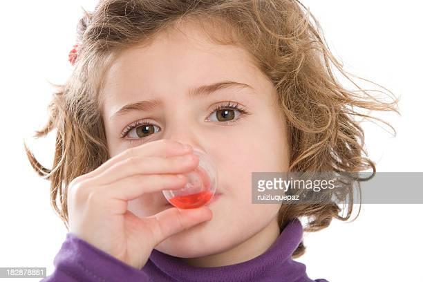 かわいい女の子の彼女の薬を飲む