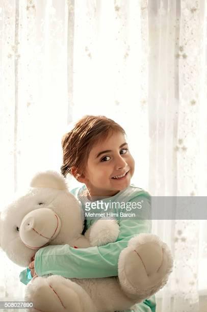 Jolie fille embrassant mutuellement son teddy
