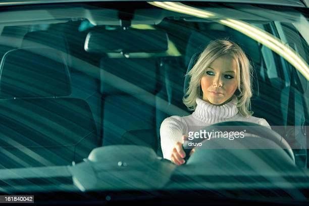 Niedliche Mädchen in einem Auto
