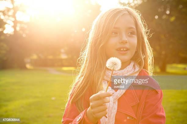 Jolie fille dans un parc.