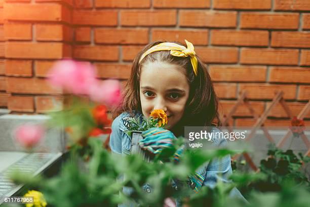 Niedlich Mädchen Pflanzen Blumen In Ihrer Nähe.