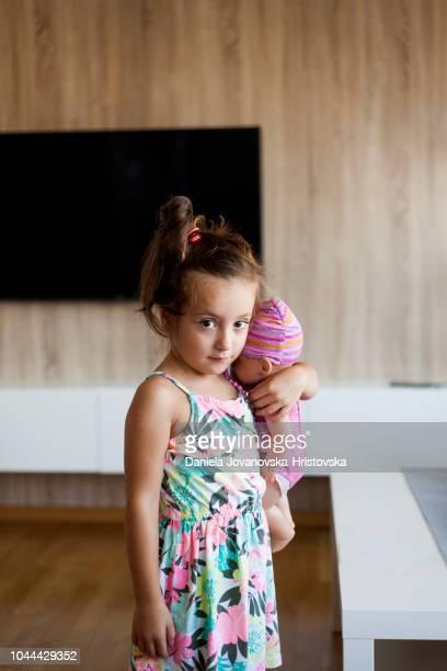 schattig meisje spelen thuis met haar poppen - pop stockfoto's en -beelden