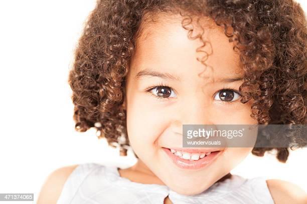 Süßes Mädchen lächelnd auf weißem Hintergrund