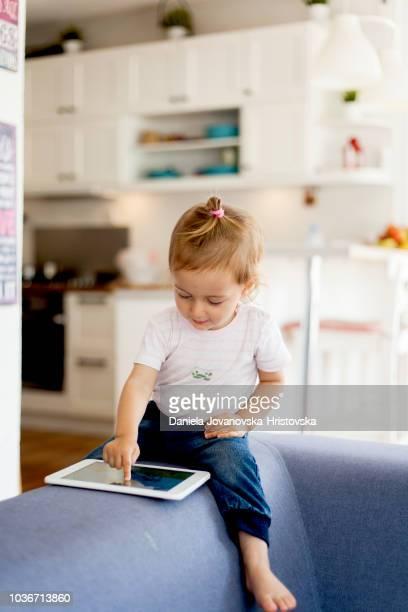 linda garota usando tablet digital - utilizar o tablet - fotografias e filmes do acervo