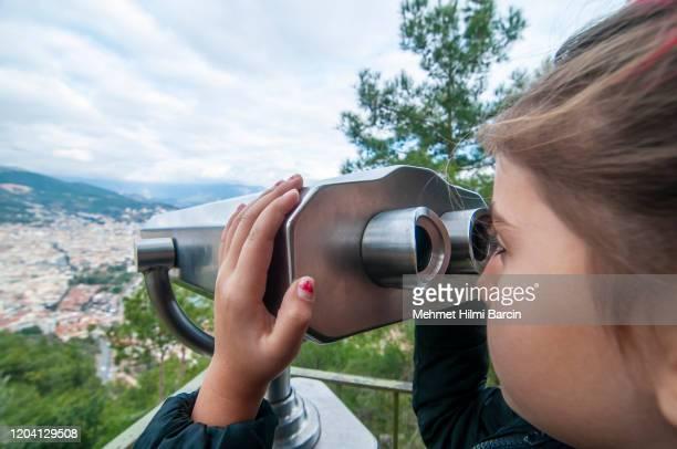 bonita vista de la chica a alanya / turquía desde el telescopio - flanco de valle fotografías e imágenes de stock