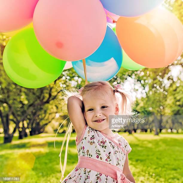 Süßes Mädchen mit Luftballons