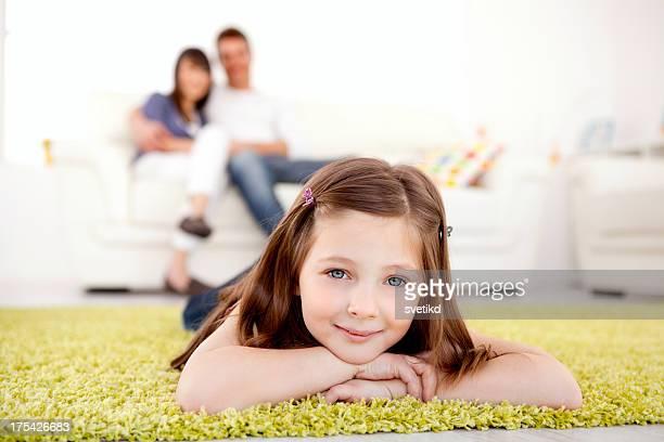 Ragazza carina con la sua famiglia.